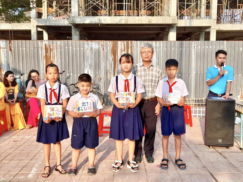 Trường TH An Tây B thưởng nóng cho các em hs tham gia các Hội thi đạt giải cấp tỉnh và cấp thị xã.